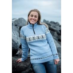 Lyseblå sweater med vandret mønster