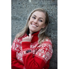 Rød sweater med traditionelt mønster